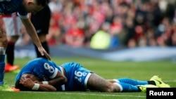 Tyrone Mings est allongé après avoir été blessé par l'attaque du Manchester United, Zlatan Ibrahimovic, le 4 mars 2017.