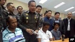 Kepala Polisi Thailand Jenderal Somyot Poompanmoung memberi keterangan kepada media tentang penangkapan 3 orang pelaku penyelundupan manusia di Hat Yat, provinsi Songkhla, Thailand (4/5).