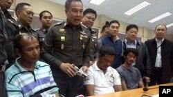 ထိုင္းလူကုန္ကူးဂိုဏ္း သံသယရွိသူေတြ ဖမ္းဆီးရမိေၾကာင္း ထုိင္းရဲခ်ဳပ္ Somyot Poompanmoung သတင္းစာရွင္းလင္း။ (ေမ ၅-၂၀၁၅)