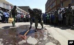 Des policiers kenyans à l'oeuvre après l'attaque d'une fourgonnette de la police à Nairobi