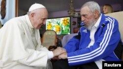 Le pape François avec l'ancien président Fidel Castro à La Havane, Cuba, le 20 septembre 2015.