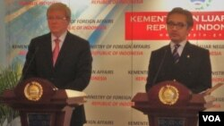 Menteri Luar Negeri Marty Natalegawa (kanan) dan Menteri Luar Negeri Australia, Kevin Rudd menyambut baik keputusan pembebasan Anwar Ibrahim dari tuduhan sodomi (9/1).