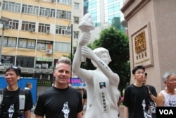 参加香港六四长跑的美国教师科恩·伯恩斯(乐彩网网站记者申华拍摄)