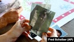 Fransa'nın Lezignan Corbieres kentinde yaşayan Severine Ali Mehenni cihada katılmak üzere evini terk eden kızı Sahra'nın resmini tutuyor.