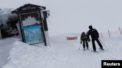 Bảng cảnh báo tuyết sạt lở tại khu nghỉ mát thể thao mùa đông Rosa Khutor ở Sochi.