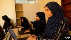 افغان طالبات ہرات کے ایک تعلیمی ادارے میں تعلیم حاصل کرتے ہوئے۔ 4 ستمبر، 2019ء فائل فوٹو۔