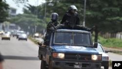 Une patrouille de police à Conakry après les heurts entre militants rivaux du 24 octobre 2010