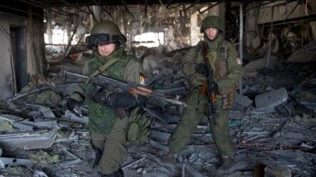 Phiến quân đòi ly khai thân Nga tại một tòa nhà bị phá hủy ở Donetsk.