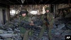 Rebeldes prorrusos dentro del destruido aeropuerto de Donetsk en el este de Ucrania.