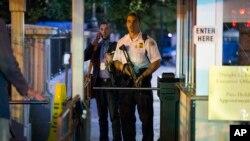 Nhân viên mật vụ đứng gần 1 lối vào Tòa Bạch Ốc trong cuộc di tản diễn ra vài phút sau khi Tổng thống Barack Obama rời Washington, 19/9/2014.