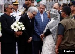 孟加拉国总理哈西娜出席悼念死难者仪式后和日本大使交谈(2016年7月4日)