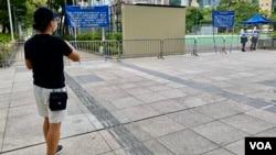 由2003年開始每年都參與7-1遊行的香港市民殷先生表示,今年遊行再次被禁,他獨自一人到被圍封的遊行起點維園外,打算自己走完原定的遊行路線,顯示香港人心不死(美國之音湯惠芸)