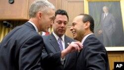 """Jason Chaffetz, centro, del Comité Judicial de la Cámara de Representantes ajusta el pin de su colega Luis Gutiérrez, mientras observa Trey Gowdy. Un acuerdo """"tentativo"""" sobre la reforma migratoria ha sido alcanzado en esa Cámara."""