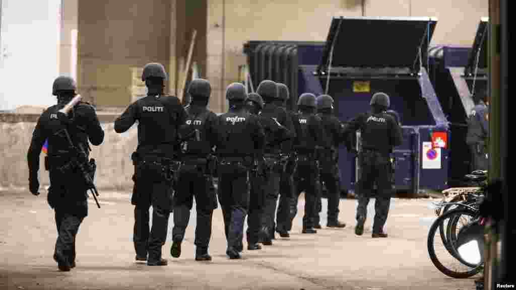 پس از تيراندازی در کپنهاک، پلیس مسلح در محوطه محاصره شده در خيابان نزديک به ايستگاه متروی «نوربرو» کار میکند - ۲۶ بهمن ماه ۱۳۹۳ (۱۵ فوريه ۲۰۱۵)