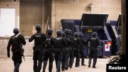 大批警員封鎖街道進行調查