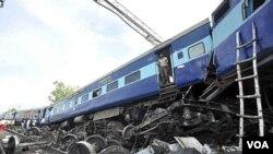 Kereta api India yang mengalami kecelakaan akibat keluar dari relnya di kota Malwa, negara bagian Uttar Pradesh (10/7).