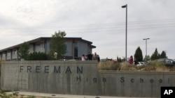 Muchos padres llegaron preocupados a la escuela ubicada cerca de la frontera con Idaho, a unos 40 kilómetros (25 millas) al sureste de Spokane.