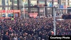 Người biểu tình phẫn nộ vì không được trả lương trong 6 tháng nay.