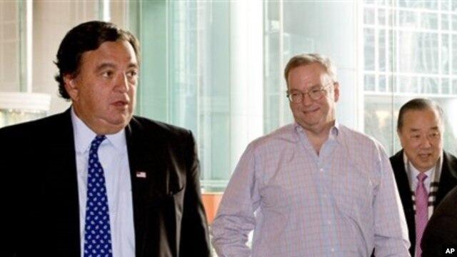 Pemimpin perusahaan Google, Eric Schmidt (dua dari kanan) dan mantan dubes AS untuk PBB Bill Richardson (kiri) memulai kunjungan tidak resmi ke Korea Utara, 7 Januari 2013. (AP Photo/Andy Wong)