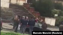 En la imagen, un grupo de personas donde testigos dijeron que un hombre fue detenido en Macerata, Italia, el 3 de feberro de 2018, sacada de un vídeo de redes sociales.