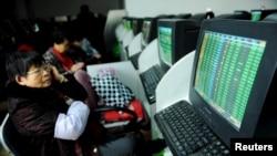 Nhà đầu tư xem thông tin chứng khoán tại một trung tâm giao dịch ở Thanh Đảo, tỉnh Sơn Đông, Trung Quốc, ngày 11/1/2016.