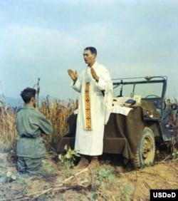 卡博恩神父在吉普车边为士兵做弥撒