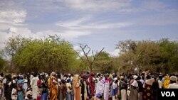 Para perempuan antri pembagian makanan di kamp pengungsi Mayen Abun, Sudan selatan (foto: dok.).