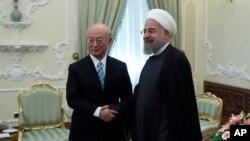 Tổng thống Iran Hassan Rouhani (phải) và Giám đốc Cơ quan Năng lượng Nguyên tử Quốc tế Yukiya Amano tại Tehran, ngày 18/12/2016.
