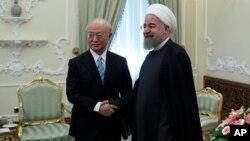 지난해 12월 이란 테헤란을 방문한 국제원자력기구 IAEA 아마노 유키야 사무총장(왼쪽)이 하산 로하니 이란 대통령과 악수하고 있다.