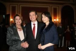 眾議院民主黨領袖佩洛西與金溥聰夫婦合影(美國之音鍾辰芳拍攝)