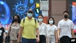 台灣台北市居民戴著口罩防疫。(2021年7月12日)
