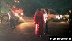一些藏人僧侣从成都赶往雅安地震灾区,途中遇阻 (网站截图)