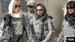 Beberapa tentara perempuan AS yang sedang bertugas di Afghanistan (foto: dok). Pentagon akan melonggarkan aturan bagi tentara perempuan untuk bertugas dekat ke garis depan.