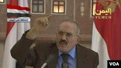 Presiden Yaman Ali Abdullah Saleh memberikan sambutannya di stasiun televisi nasional negara itu (8/10).