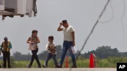 En esta imagen de archivo, hondureños deportados llegan a Tegucigalpa.