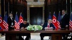 2018年6月12日在新加坡圣淘沙岛举行的会议期间,美国总统川普和朝鲜领导人金正恩参加了签字仪式。