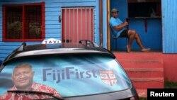 Poster pemilu menghiasi kaca belakang sebuah taksi di ibukota Suva, Fiji (26/8). (Reuters/Lincoln Feast)