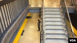 Trạm xe điện vắng vì số khách giảm 94% trong những ngày cư dân phải cấm túc tại gia (Ảnh: Bùi Văn Phú)