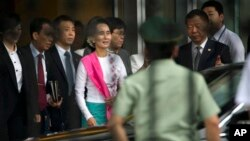 Aung San Suu Kyi (tengah) saat tiba di bandara internasional Beijing, Rabu (10/6).