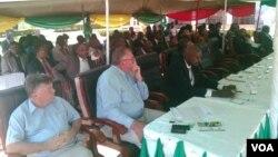 Abasemhlanganweni eGwanda wokukhanga osomabhizimusi ukuthi bavule amabhizimusi esabelweni seMatabeleland South.