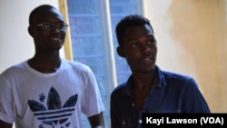 """Pio Jules Tchédou et Gérard limpiyè Pana, les créateurs du jeu vidéo """"Boy in Savannah"""", à Lomé, Togo, le 28 août 2016. (VOA/Kayi Lawson)"""