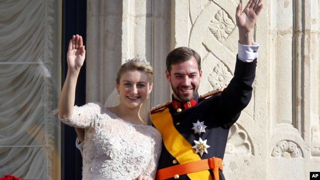 Luxembourg's Prince Guillaume and Countess Stephanie wave from the balcony of the Royal Palace after their wedding in Luxembourg, October 20, 2012.