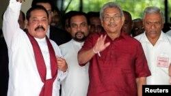 سری لنکا کے صدارتی امیدوار گوٹا بایا راجاپکسے، بائیں طرف ان کے بھائی اور سابق صدر مہیندرا راجاپکسے