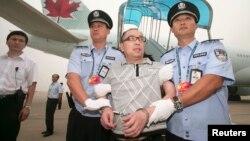 Một nghi can tham nhũng của Trung Quốc bị đưa từ Canada trở về nước năm 2011.
