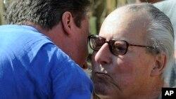 PM David Cameron (kiri) memeluk ayahnya, Ian Cameron (foto: 18 April 2010).