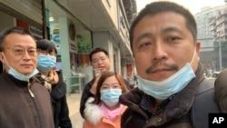 """""""12港人""""代理律師任全牛(右)在成都。(2021年1月13日)"""