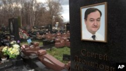 4년전 옥중에서 사망한 세르게이 매그니츠키 러시아 변호사의 묘비. (자료사진)