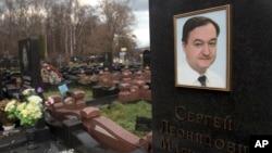 Tấm bia trên mộ của luật sư Sergei Magnitsky tại một nghĩa trang ở Moscow. Ông Magnitsky qua đời trong nhà tù vào năm 2009 ở tuổi 37, sau khi bị giam cầm gần một năm.