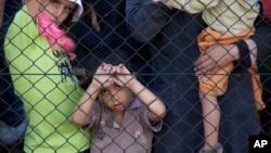 4일 열차 운행이 중지된 헝가리 부다페스트의 기차역에서 난민 어린이들이 울타리를 붙잡고 서 있다.