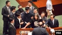 青年新政兩議員再闖立法會大會試圖宣誓不果 (美國之音湯惠芸/海彥拍攝 )
